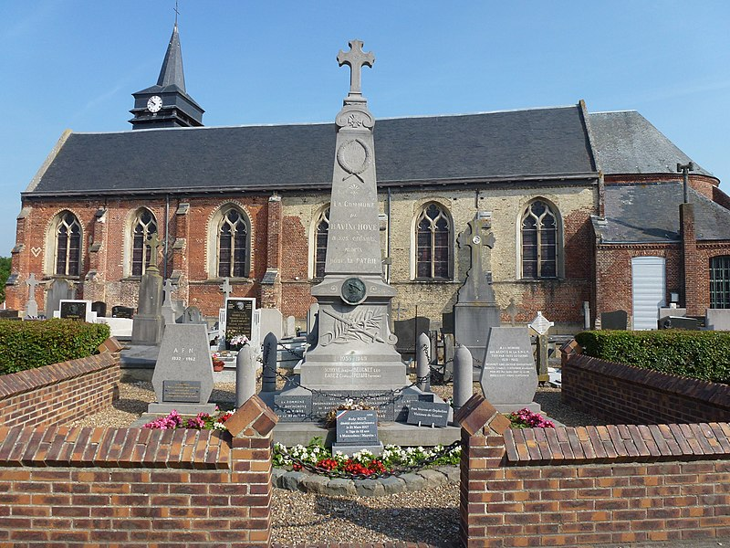 Bavinchove (Nord, Fr) monument aux morts et église, vue latérale