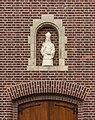Beeld boven ingang Sint Nicolaaskerk in Broekhuizen (Horst aan de Maas) in provincie Limburg in Nederland 02.jpg