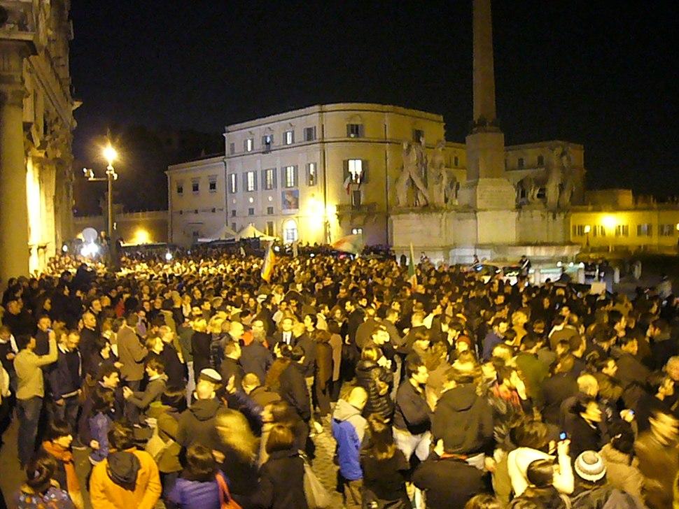 Berlusconi adieu - tutti in attesa sotto il Quirinale il 12-11-2011 1220366
