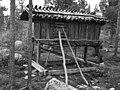 Bod på fire stolper, Tilhører Arjeplog Nomadeskole. 1956 - Norsk folkemuseum - NF.05535-150.jpg