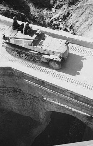 SdKfz 253 - Image: Bundesarchiv Bild 101I 158 0085 44, Balkan, Schützenpanzer, Fahrt über Brücke