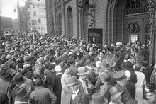 Berlino, luglio 1931: dopo aver appreso il fallimento della Darmstädter und Nationalbank una folla corre agli sportelli di una banca per ritirare i propri risparmi