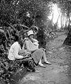 COLLECTIE TROPENMUSEUM De vrouw van Dr. R.A.M. Bergman met haar kind in een slendang in het gezelschap van de baboe op de Gunung Tangkubanprahu TMnr 10027185.jpg