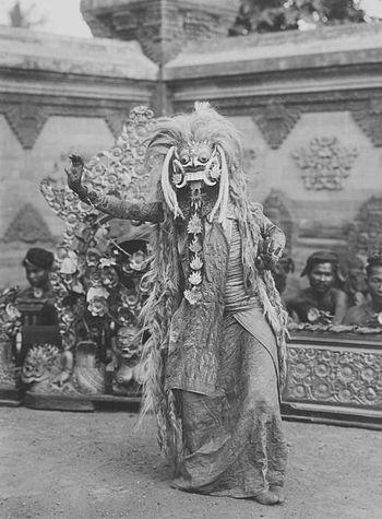 Nederlands: foto. Een Balinese danseres met ee...