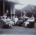 COLLECTIE TROPENMUSEUM Europeanen drinken thee in de tuin van een huis TMnr 60053712.jpg