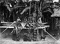 COLLECTIE TROPENMUSEUM Groepsportret Karo Batak bevolking bij rijststampplaats TMnr 60038101.jpg