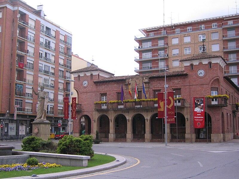 File:Calahorra, ayuntamiento.JPG