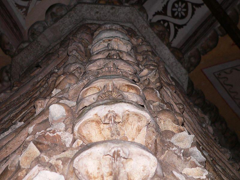 https://upload.wikimedia.org/wikipedia/commons/thumb/5/54/Capela_dos_ossos_coluna.jpg/800px-Capela_dos_ossos_coluna.jpg