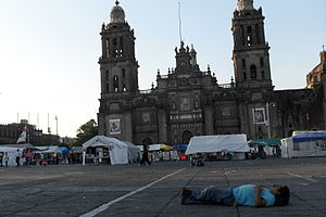 Español: Hombre durmiendo en el Zócalo de la C...