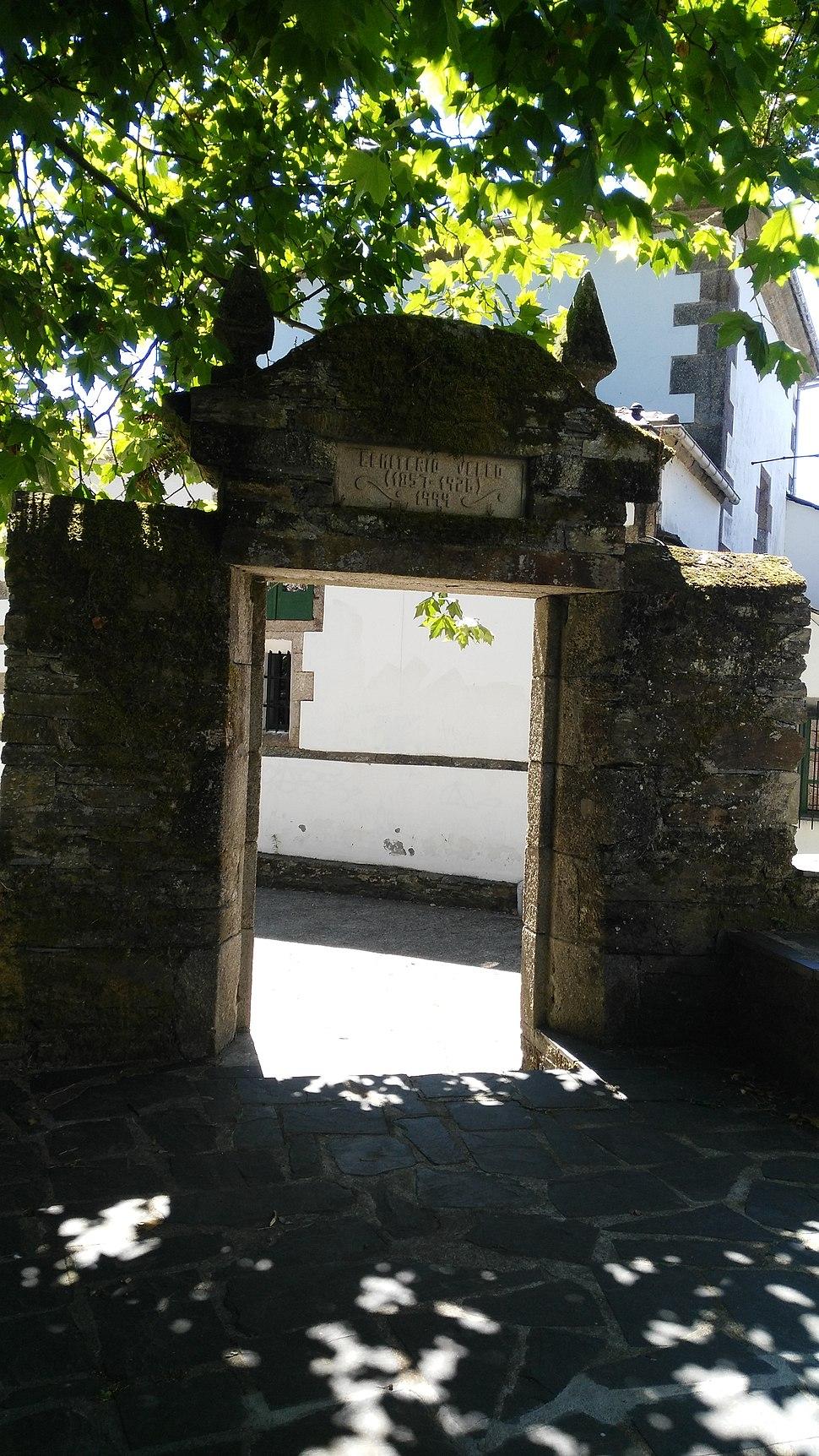 Pórtico do cemiterio vello de As Pontes