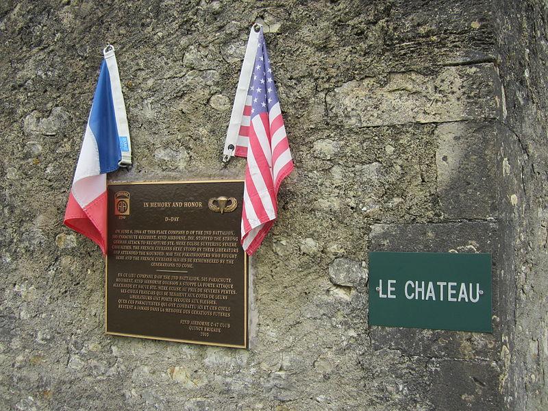 Cette plaque est dédiée au 505th Parachute Regiment de la 82e Division aéroportée américaine