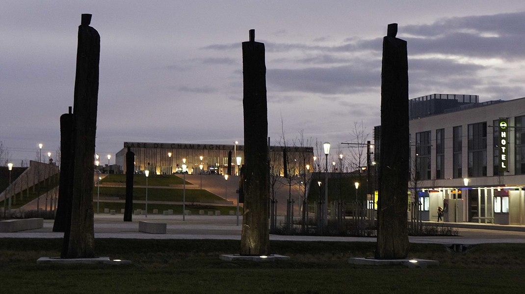 """Vue de la gare Champagne TGV et de sa nouvelle esplanade sur laquelle se trouve des sculptures de Christian Lapie """"dans l'intervalle""""."""