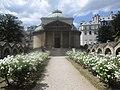 Chapelle expiatoire roses.jpg