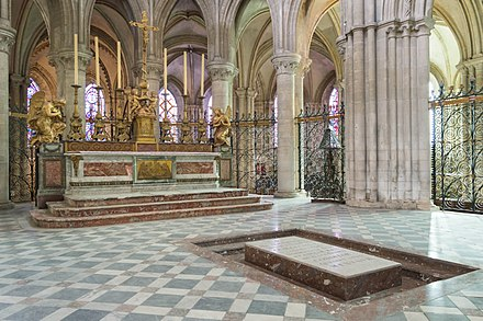 William's grave at Abbaye-aux-Hommes, Caen Church of Saint-Etienne interior (2).jpg