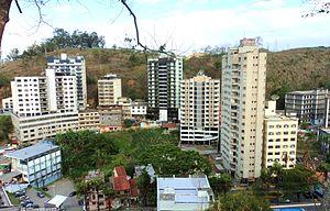 d8a6cb93c44 Vista de uma das regiões nobres da cidade. A extrema direita