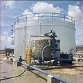 Collectie Nationaal Museum van Wereldculturen TM-20029766 s Landswatervoorziening met olietank en op de voorgrond een tank voor toevoeging van chemicalien aan het drinkwater Bonaire Boy Lawson.jpg