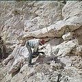 Collectie Nationaal Museum van Wereldculturen TM-20029978 Mijncomplex van de Mijnmaatschappij Curacao, aanbrengen van springladingen om het fosfaat los te breken Curacao Boy Lawson (Fotograaf).jpg