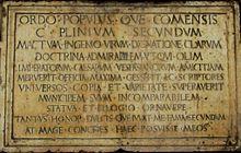 Targa in pietra che ricorda come Plinio il Vecchio e Plinio il Giovane siano nati a Como