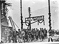 Concentratiekamp gevangen verlaten het kamp onder een triomfboog met opschrift , Bestanddeelnr 900-8584.jpg