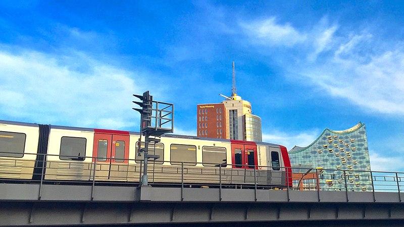 File:DT-5 von Alstom - Bombardier ( Linie U3 ) der U-Bahn Hamburg auf der Hochbrücke in Richtung Rödingsmarkt - Baumwall im Hintergrund sieht man r. die Elbphilharmonie am Kaiserkai ꒰ l. das Hanseatic Trade Center - panoramio.jpg