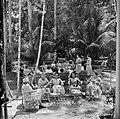 Damesgezelschap in de tuin, waarschijnlijk bij de Surinaamse Brouwerij in Parama, Bestanddeelnr 252-5062.jpg
