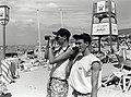 De beachwatchers zijn uitgerust met een verrekijker om de zee in de gaten te houden. Met de portofoon onderhouden ze contact met de reddingsbrigade. Aangekocht van United Photos de Boer bv. , NL-HlmNHA 54035055.JPG