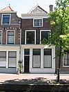 foto van Pand met eenvoudig lijstgevel en in de vensters van verdieping en zolderverdieping de oorspronkelijke schuiframen