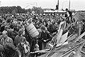 Demonstranten met op de achtergrond de ME, Bestanddeelnr 931-6924.jpg