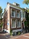 foto van Pand met versierde ingangspartij en stoep