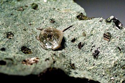 Kimberlite con un cristallo ottoedrale di diamante (Sud Africa, Finsch Diamond Mine), peso stimato. 1.8 carat (6 mm)