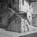 Een straatje in Safad (Safed) met een huis met een gemetselde trap die naar een , Bestanddeelnr 255-4008.jpg