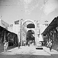 Een van de uiteinden van de suq Hamidieh in Damascus met de boog van de Romeinse, Bestanddeelnr 255-5883.jpg