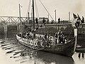 Een zeldzame bezoeker van de havenregio het vikingschip 'Hugin' bereikte na twee dagen roeien IJmuiden na vertrek uit Oslo in juli 1949. Identificatienummer 54-050552, NL-HlmNHA 54050552.JPG