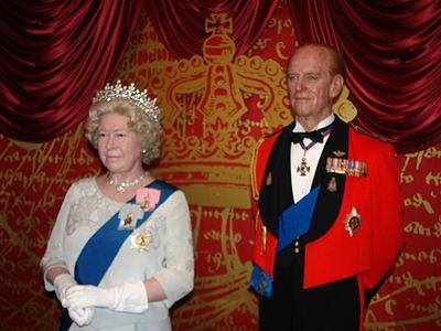 Figury Elżbiety II i księcia-małżonka Filipa.