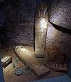 Epoca tarda, ricostruzione di un sepolcro con sarcofago e amuleti, 664-332 ac ca. 01.jpg