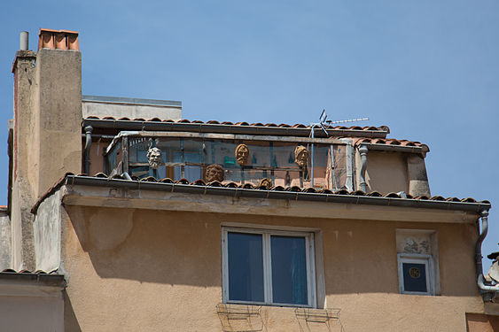 Faces in balcony in Aix-en-Provence.jpg