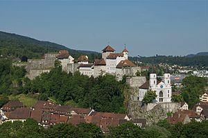 Festung Aarburg und davor die Stadtkirche, darunter Teile der Altstadt