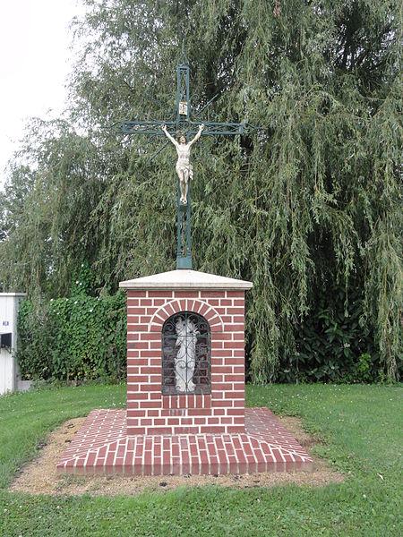 Fieulaine (Aisne) oratoire saint-Christophe avec croix de chemin