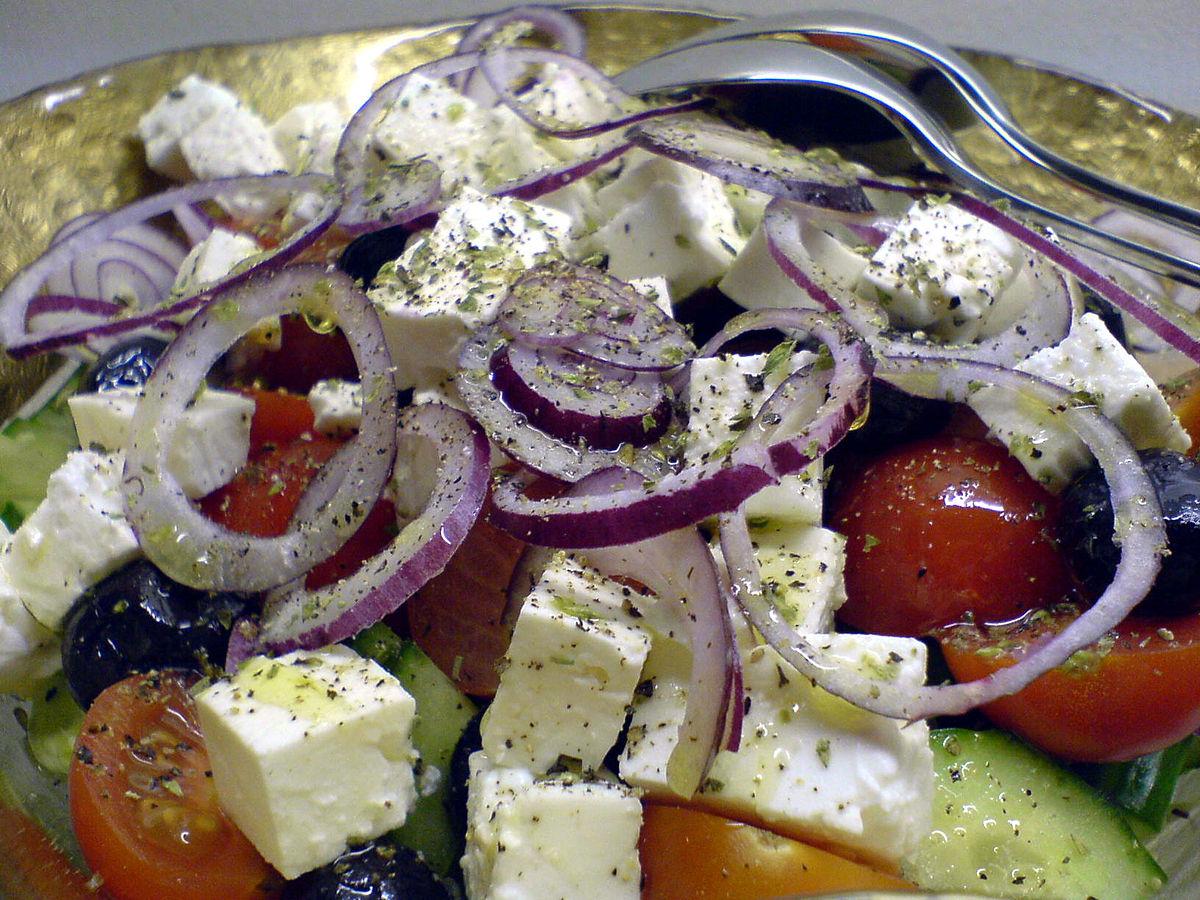 Greek salad wikipedia - Piatti tipici della cucina greca ...