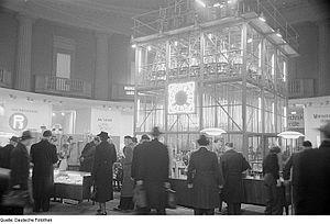 Schott AG - Image: Fotothek df roe neg 0006070 001 Messebesucher vor dem Exponat des Jenaer Glaswerks Schott ^ Gen