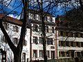 Friedrich Christoph Schlosser, Wohnhaus in Heidelberg, mittleres Gebäude mit der Gedenktafel über der Tür Laibung gegenüber der Apsis der Peterskirche Heidelberg .JPG