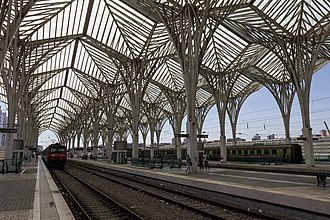 Gare do Oriente - The railway platform, with the metal and glass lattice covering