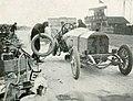 Grand Prix de l'ACF 1908, changement d'un pneu aux stands pour Christian Lautenschlager.jpg