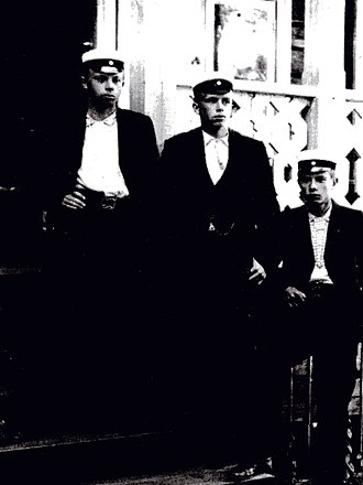 Gunnar Nordström - Picture taken in 1900 of three high school graduates, Gunnar Nordström on the left.