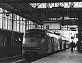 HUA-171404-Afbeelding van een electrisch treinstel plan V (mat. 1964) van de N.S. als stoptrein naar Rotterdam langs het tweede perron van het N.S.-station Leiden te Leiden.jpg