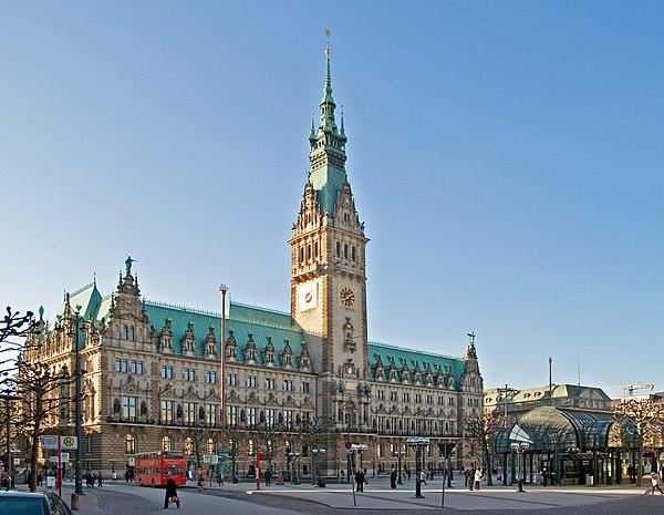 Hamburger Rathaus mit Rathausmarkt