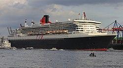 Die Queen Mary 2 im Hamburger Hafen (2011)