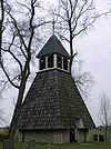 Door bomen omringd kerkhof met gesloten klokhuis