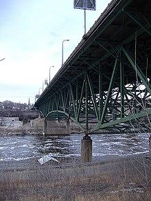 Brücke grün gestrichen von der Mississippi Bank aus gesehen