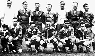 Manuel Seoane - Seoane with the Independiente squad that defeated FC Barcelona by 4-1 in 1928.